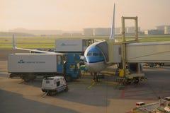 Самолет Боинга 737 авиакомпаний авиакомпании KLM королевских голландских подготавливает для отклонения стоковая фотография rf