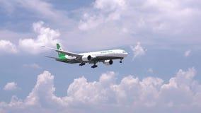 Самолет Боинг 777 летания Eva Air через небо облаков подготовить к приземляться сток-видео