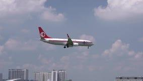 Самолет Боинг 737 летания Malaysia Airlines через небо облаков подготовить к приземляться сток-видео