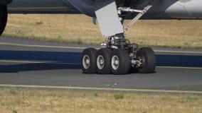 Самолет буксируя для того чтобы обслуживать, конец-вверх сток-видео