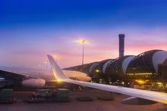 Самолет воздуха паркуя на обслуживании пандуса аэропорта для коммерч стоковое фото rf