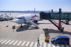 Самолет воздуха Wizz на авиапорте Леха Валенсы Стоковые Фотографии RF