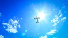 Самолет в небе над авиапортом Tivat стоковое фото
