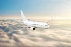 Самолет в небе над нерезкостью движения скорости высоты захода солнца путешествием полета облаков Стоковая Фотография RF