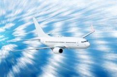 Самолет в небе над нерезкостью движения скорости высоты захода солнца путешествием полета облаков Стоковые Фото