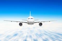 Самолет в небе над нерезкостью движения скорости высоты солнца путешествием полета облаков Стоковые Фото