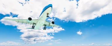Самолет в небе Предпосылка облаков Концепция дела и перемещения стоковые фото