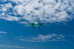 Самолет в небе приходя внутри для посадки стоковые изображения