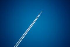 Самолет в небе с плоскими тропками Стоковое Изображение RF