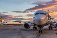 Самолет двигателя Ryanair коммерчески на авиапорте Валенсии на заходе солнца Стоковое Изображение RF