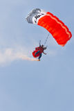 самолет демонстрирует скача parachutists Стоковые Изображения
