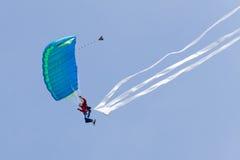 самолет демонстрирует скача parachutists Стоковые Фотографии RF