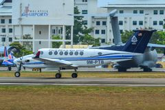 Самолет ездя на такси на взлетно-посадочной дорожке стоковое изображение rf