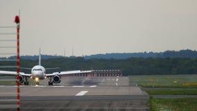 Самолет ездя на такси после приземляться сток-видео