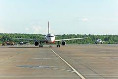 Самолет ездя на такси на рисберме авиапорта на асфальте видимая маркировка Стоковые Фотографии RF