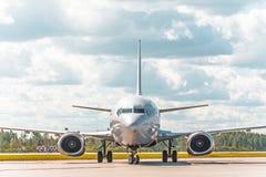 Самолет ездя на такси на рисберме авиапорта на асфальте видимая маркировка Стоковое Фото