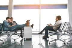 Самолет жизнерадостных людей ждать в авиапорте Стоковая Фотография RF