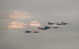 самолет-истребители салютуя небесам стоковая фотография rf