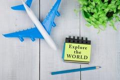 Самолет и блокнот с текстом Стоковое Фото