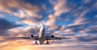 Самолет и красивое небо с влиянием нерезкости движения Стоковое Фото