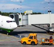 Самолет и пандус для всходя на борт пассажиров стоковые фотографии rf