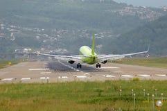 самолет как раз приземляясь Стоковое Фото