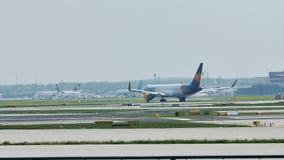 Самолет кондора в авиапорте Франкфурта, FRA видеоматериал