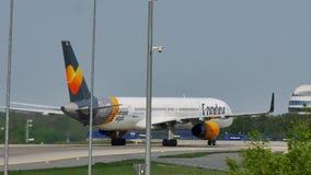 Самолет кондора делая такси в авиапорте Франкфурта, FRA видеоматериал