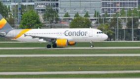Самолет кондора на взлётно-посадочная дорожка авиапорта Мюнхена, Германии видеоматериал