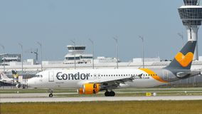 Самолет кондора принимая от авиапорта взлётно-посадочная дорожка стоковые фотографии rf