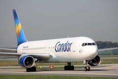 Самолет кондора принимая от взлётно-посадочная дорожка, авиапорта Франкфурта, FRA стоковое фото rf