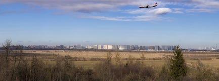Самолет красной авиакомпании крыльев приходит в землю в аэропорте Pulkovo стоковое изображение rf