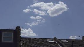 Самолет летает далеко в небо сток-видео