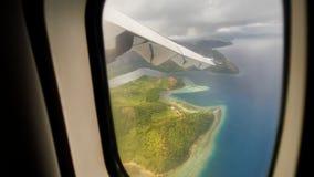 Самолет летает и приземляется над островом Busuanga philippines PALAWAN Взгляд от окна самолета видеоматериал