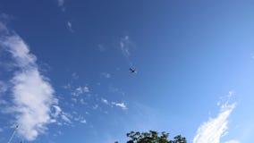 Самолет летает наверху на голубое небо сток-видео