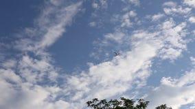 Самолет летает наверху на голубое небо акции видеоматериалы
