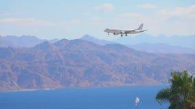 Самолет летает над заливом и prepars моря для того чтобы приземлиться акции видеоматериалы