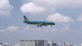 Самолет летания Вьетнамской авиалинии через небо облаков подготовить к приземляться акции видеоматериалы