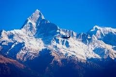 Самолет летания горы Machapuchare Гималаев Стоковое Фото