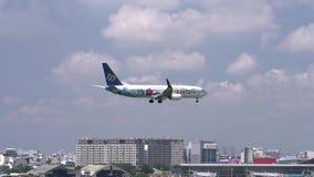 Самолет летания Mandarin Airlines через небо облаков подготовить к приземляться акции видеоматериалы