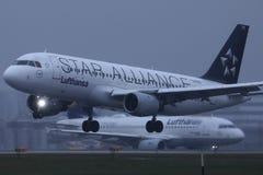 Самолет Люфтганза союзничества звезды делая такси на взлетно-посадочной дорожке, взгляде конца-вверх стоковое фото rf