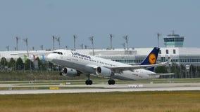 Самолет Люфтганзы летая для того чтобы отдохнуть назначения стоковая фотография rf