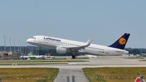 Самолет Люфтганзы летая для того чтобы отдохнуть назначения стоковое фото