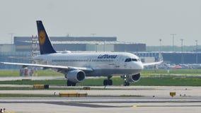 Самолет Люфтганзы на взлётно-посадочная дорожка в авиапорте Франкфурта, FRA