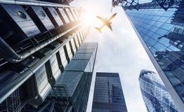 Самолет над зданиями highrise Стоковые Изображения RF