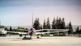 Самолет на гудронированном шоссе на авиапорте около, который нужно принять или после приземляться Стоковые Фотографии RF