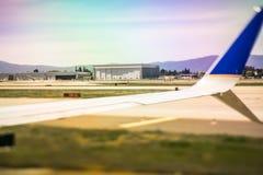 Самолет на гудронированном шоссе на авиапорте около, который нужно принять или после приземляться Стоковое Изображение