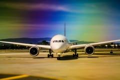 Самолет на гудронированном шоссе на авиапорте около, который нужно принять или после приземляться Стоковые Фото