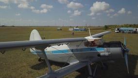 Самолет на небольшом авиаполе Снятый на трутне акции видеоматериалы