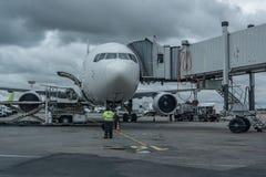 Самолет на руке вырывания на авиапорте Подготовка для всходя на борт пассажиров стоковая фотография rf